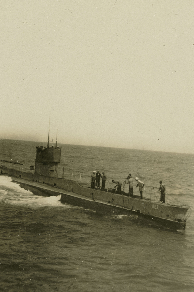 AE1 preparing to be towed while on its delivery voyage to Australia, 1914. The trip spanned a distance of nearly 21,000 kilometres and was the world's longest submarine transit at the time. ANMM Collection 00015811.