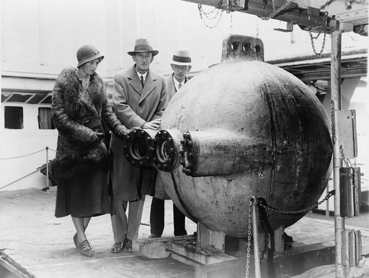 Gloria Hollister, William Beebe and John TeeVan next to the bathysphere (1932). Image: Courtesy US Library of Congress.