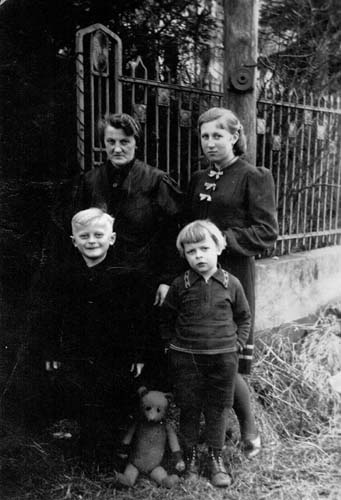 Leni, aged 14, with her mother Auguste and half-brothers Sohni (left) and Manni (right), Katscher, Germany, 1939. Reproduced courtesy Annette Janic.